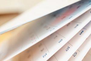 aufgefächerte Kalenderblätter | c iStock/Kwangmoozaa